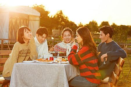 傍晚青年人户外聚会图片