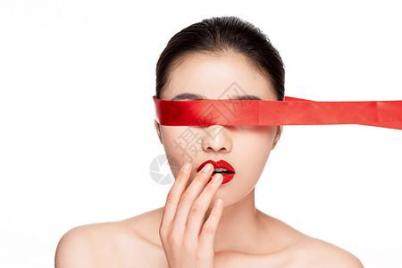 红丝带遮住眼睛惊喜惊讶图片