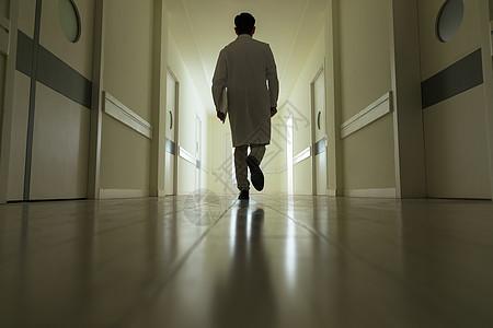 走廊内医生背影图片