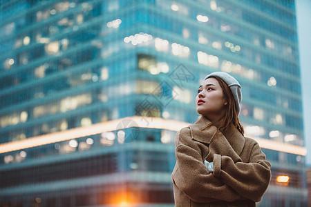 冬季女性户外迷茫看远方图片