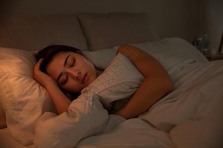 夜晚女性床上睡觉图片