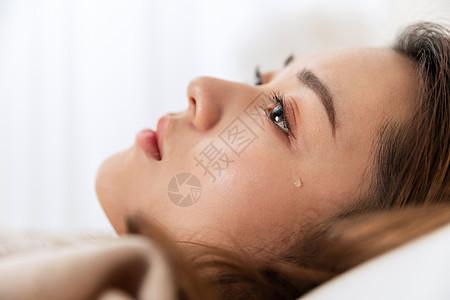 女性悲伤流泪局部特写图片