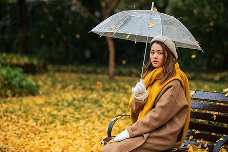 秋季雨天文艺美女公园撑伞图片