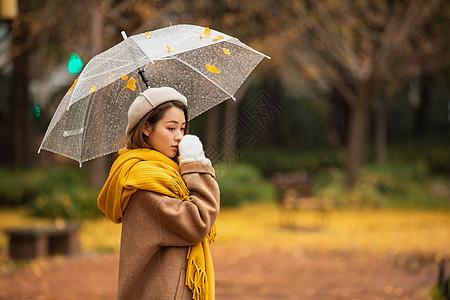 秋季雨天文艺美女撑伞图片