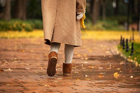 下雨天美女公园里散步脚部特写图片