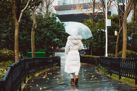 冬季雨天女性撑伞背影图片