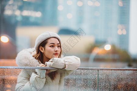 冬季都市美女憧憬未来图片