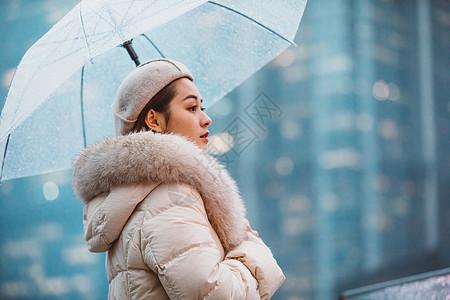 冬季户外孤单美女撑伞图片