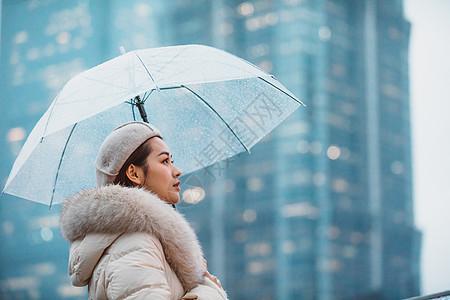 冬季户外孤单女性撑伞图片