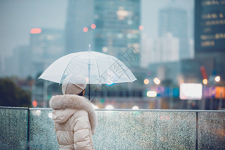 冬季户外孤单女性撑伞的背影图片