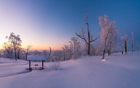 吉林龙湾群冬天雾凇和村庄图片