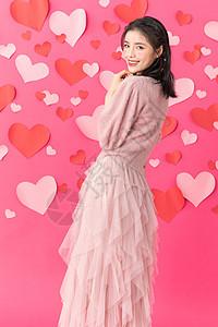 站在爱心墙前面的美女图片