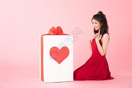 情人节美女拆礼物图片