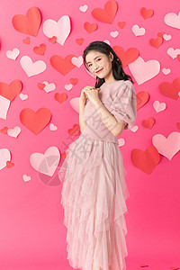 情人节在爱心墙前面的美女图片