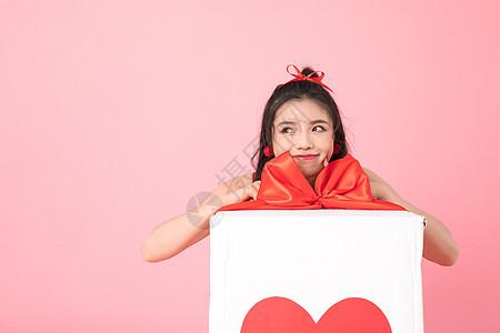 情人节准备拆礼物的女孩图片