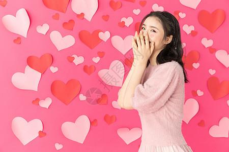 站在爱心墙前面的可爱女孩图片