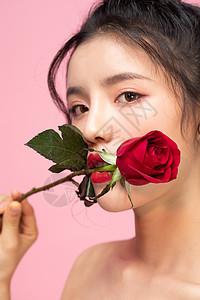 咬着玫瑰花的女孩图片
