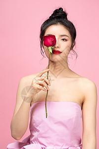 手拿玫瑰花的女孩图片