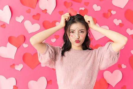 粉色爱心背景下的情人节甜美女性图片