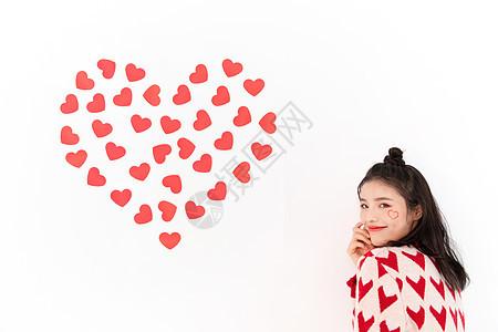 爱心墙面合影的女孩图片