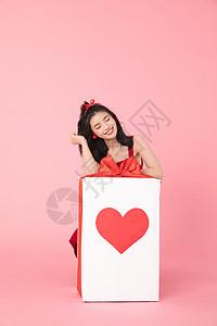 情人节拆礼物的女孩图片