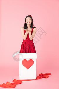 在礼物盒里的甜美女孩图片