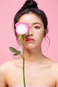 拿着玫瑰花的情人节甜美女性图片