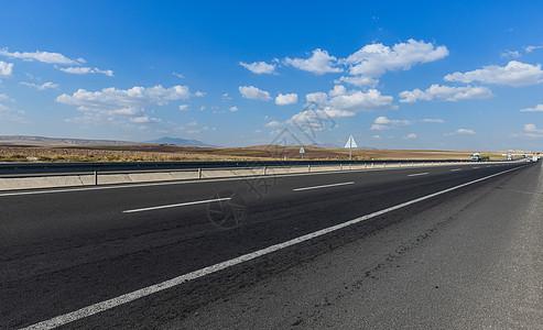 土耳其卡帕多西亚地区的格雷梅小镇公路背景图图片