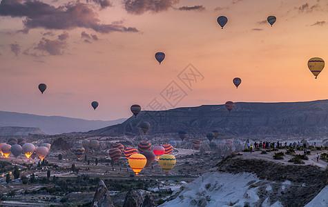 日出升空的土耳其热气球图片