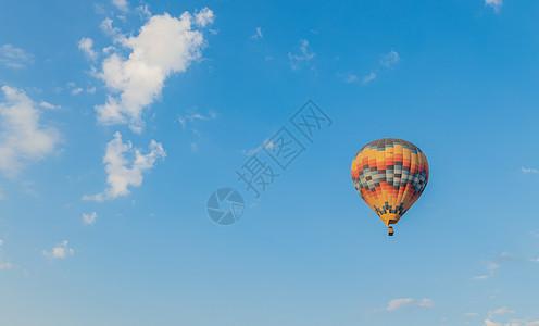 升起的热气球图片