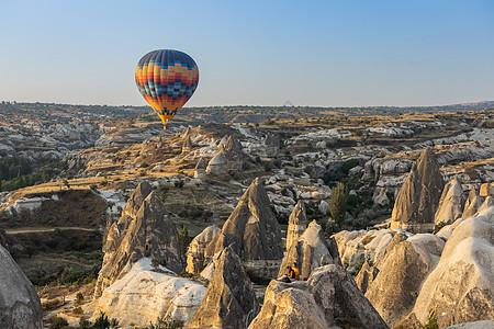 土耳其卡帕多西亚喀斯特地貌与热气球图片