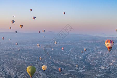 旅游胜地卡帕多西亚升空的热气球图片