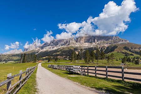 蓝天白云阿尔卑斯山区自然风光图片