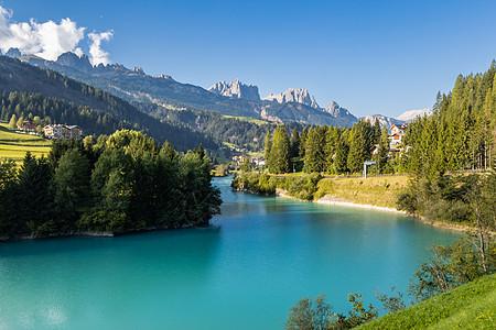 欧洲意大利阿尔卑斯山区蓝色的天然湖泊图片
