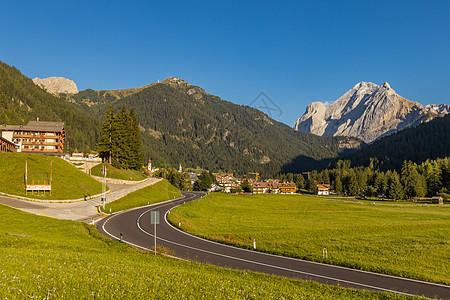 欧洲意大利山区蜿蜒的公路自然风光图片