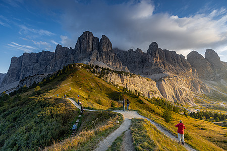 被夕阳照亮的意大利著名户外天堂阿尔卑斯山区自然风光图片