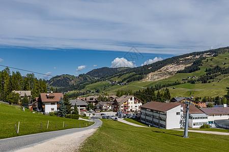 意大利阿尔卑斯山区群山环绕的乡村田园风光图片