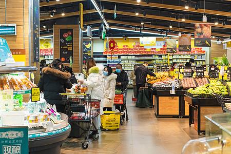 【媒体用图】武汉疫情时戴口罩在商场购物的人们图片