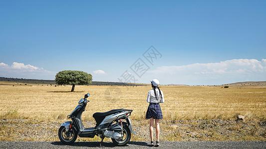 土耳其卡帕多奇亚旷野美丽女孩旅游背影图片