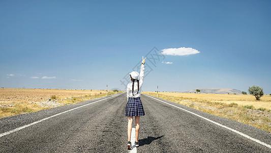 土耳其卡帕多奇亚旷野在路上美丽女孩旅游背影图片