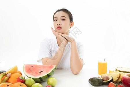 甜美女孩与水果图片