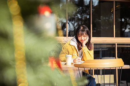 在咖啡馆复习的女大学生 图片