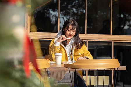 在咖啡馆复习的女大学生图片