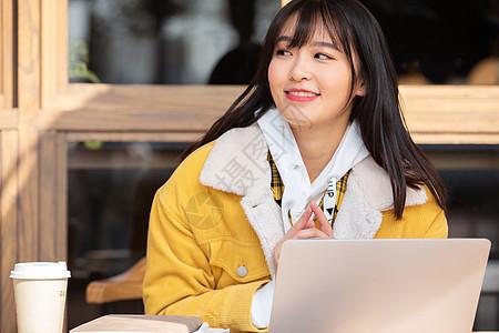 在咖啡馆复习功课的甜美女孩图片