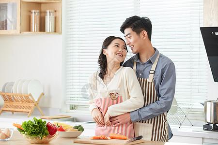 年轻夫妻在厨房一起备菜图片