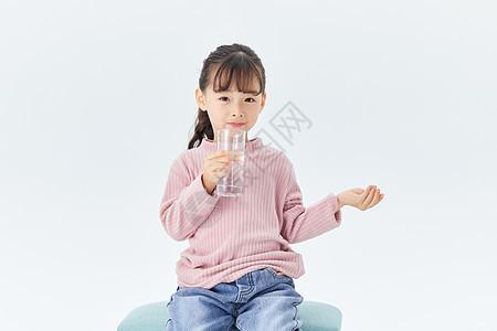 小女孩喝水吃药图片