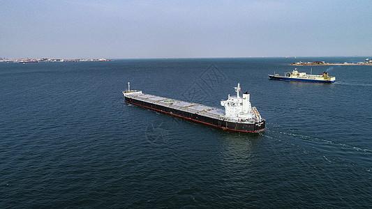远洋货轮驶向港口码头图片
