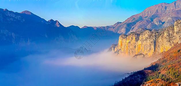 山谷云雾图片