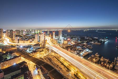 现代城市青岛夜景车流交通图片