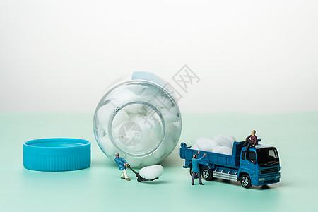 小人运输酒精棉球图片